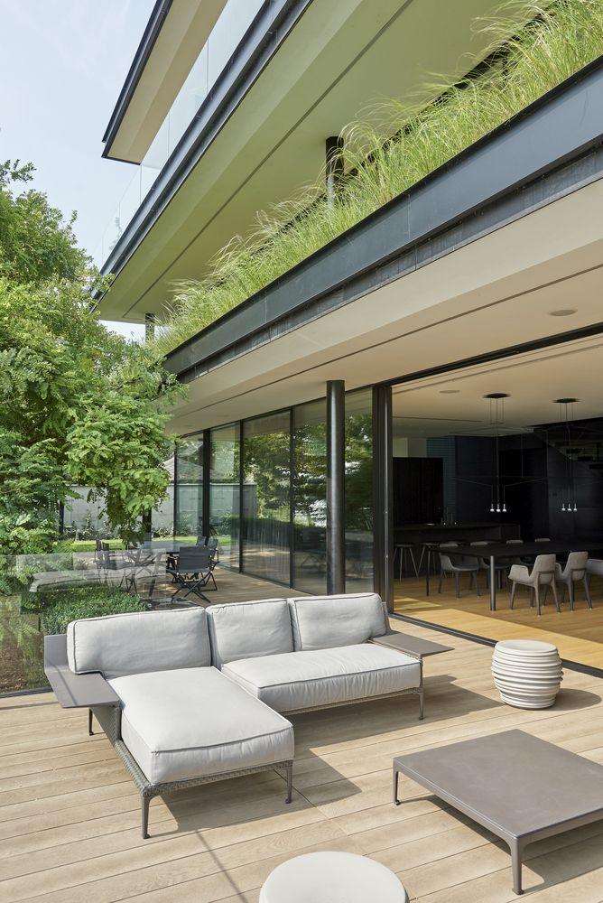 Les espaces de vie du rez-de-chaussée ont un accès facile à l'extérieur grâce à une série de portes coulissantes en verre