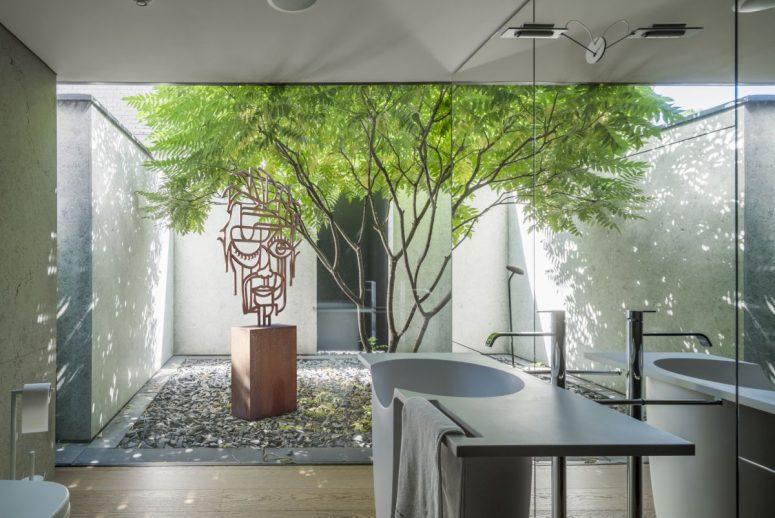 Plusieurs jardins intérieurs ont été inclus dans la conception afin de faire entrer le plein air et de bleuir les frontières entre l'architecture et la nature.