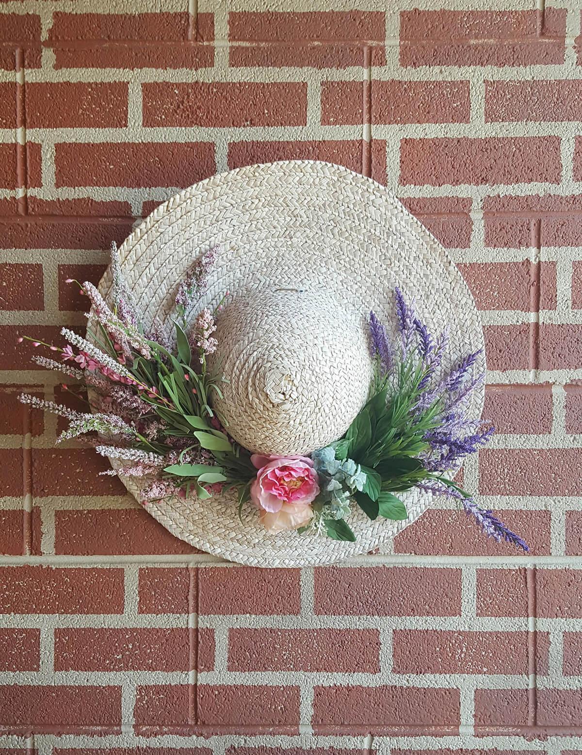 Chapeau de ferme en paille floral doux et simple