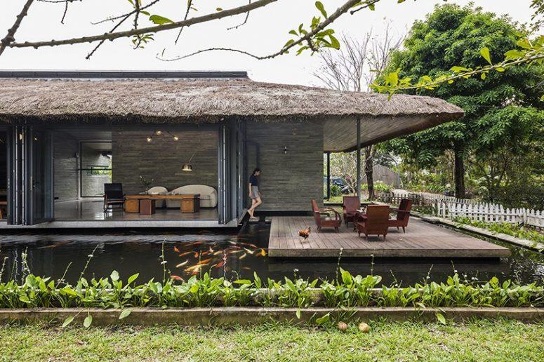 Chaque partie de la maison peut être ouverte sur l'étang et à l'extérieur et il y a une terrasse confortable avec des meubles en bois sous le toit