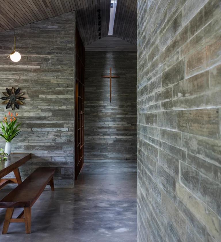 D'autres espaces présentent également des panneaux de béton de grain de bois faits à la main qui ont été utilisés pour garder les espaces plus frais