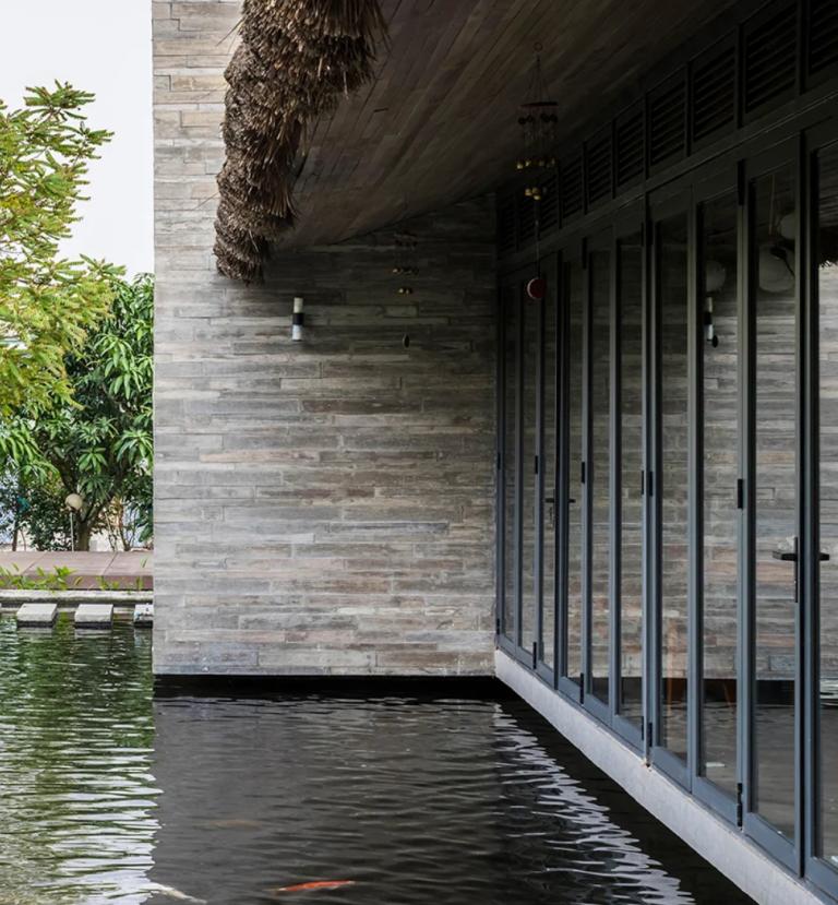Cet étang n'est pas seulement un élément de décoration, mais aussi un bon régulateur de température