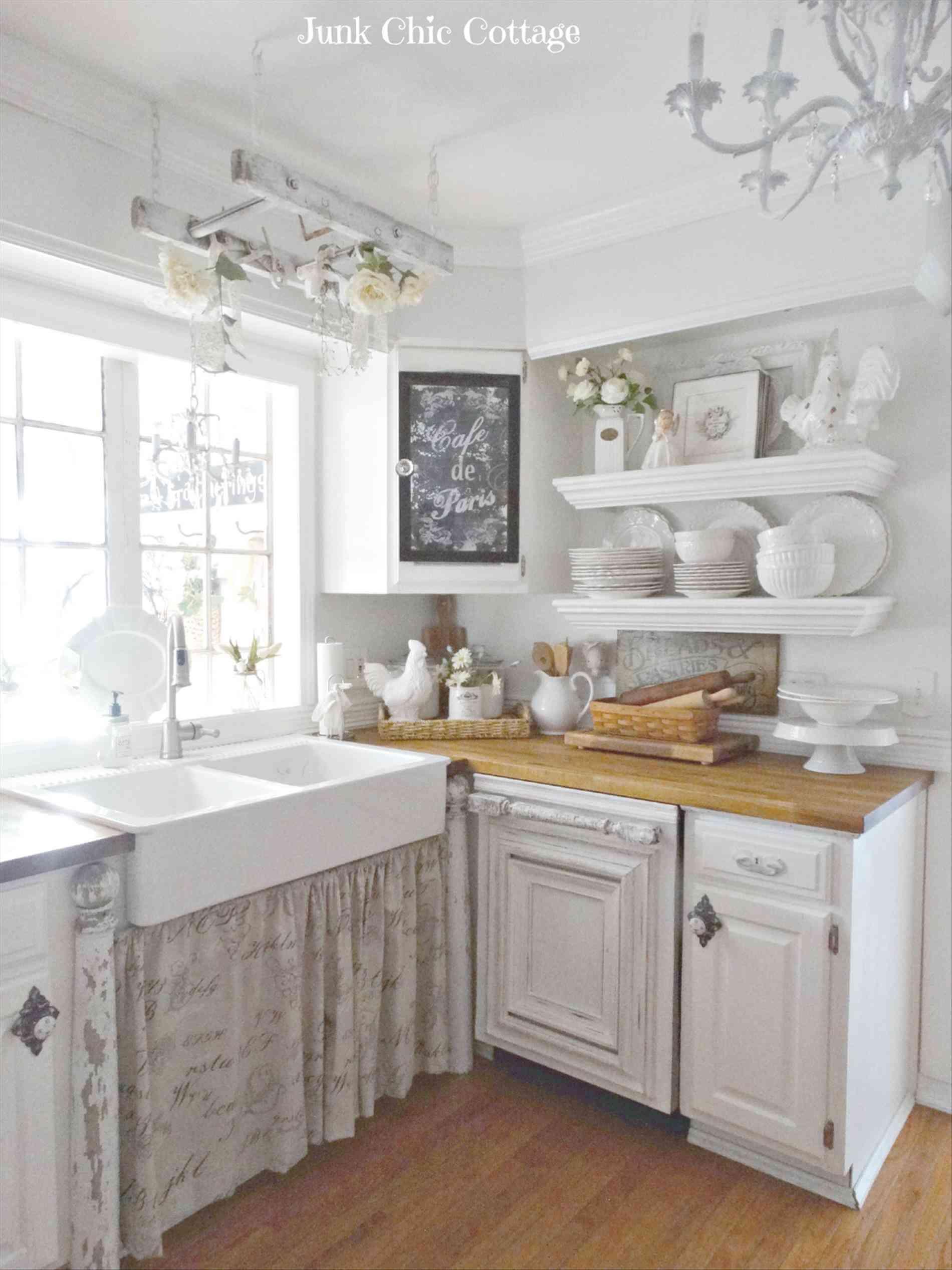 Évier blanc avec de jolis rideaux
