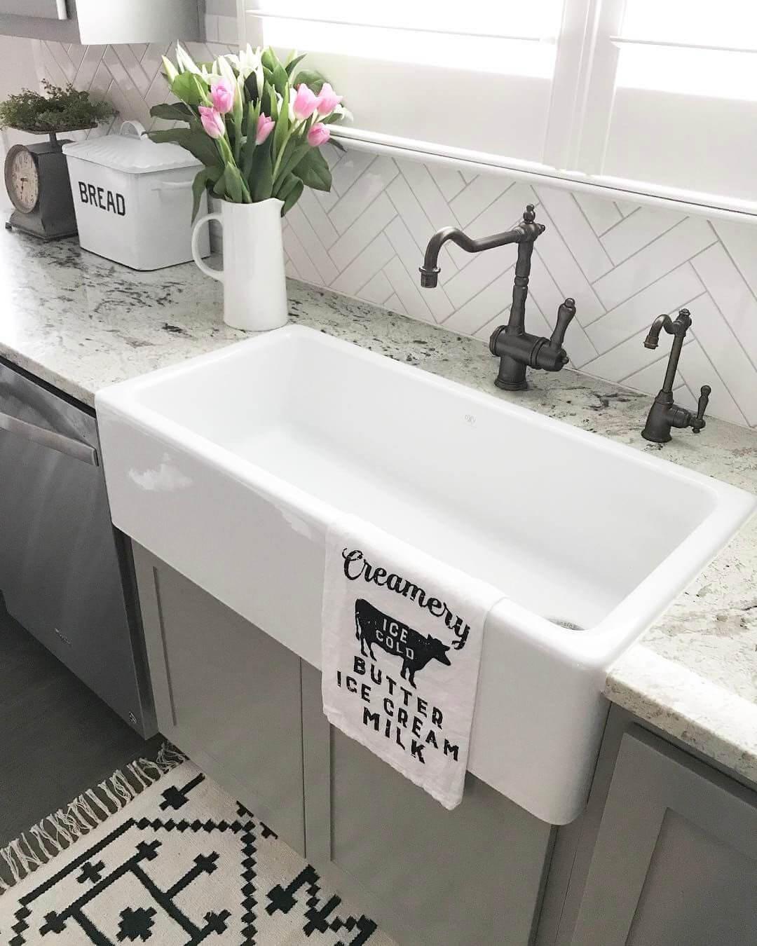 Évier blanc classique avec robinets pratiques