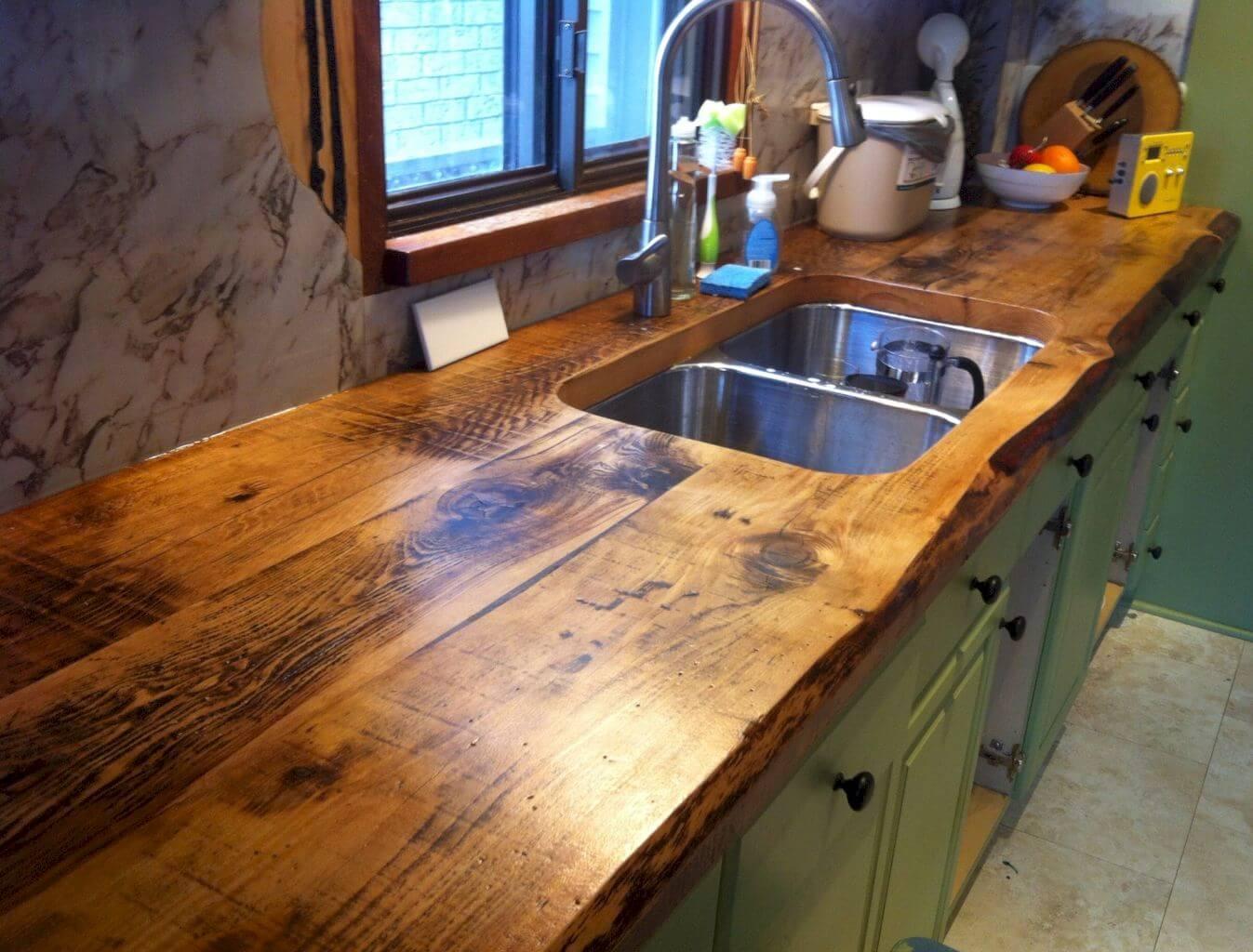 Évier double dans un comptoir en bois rustique