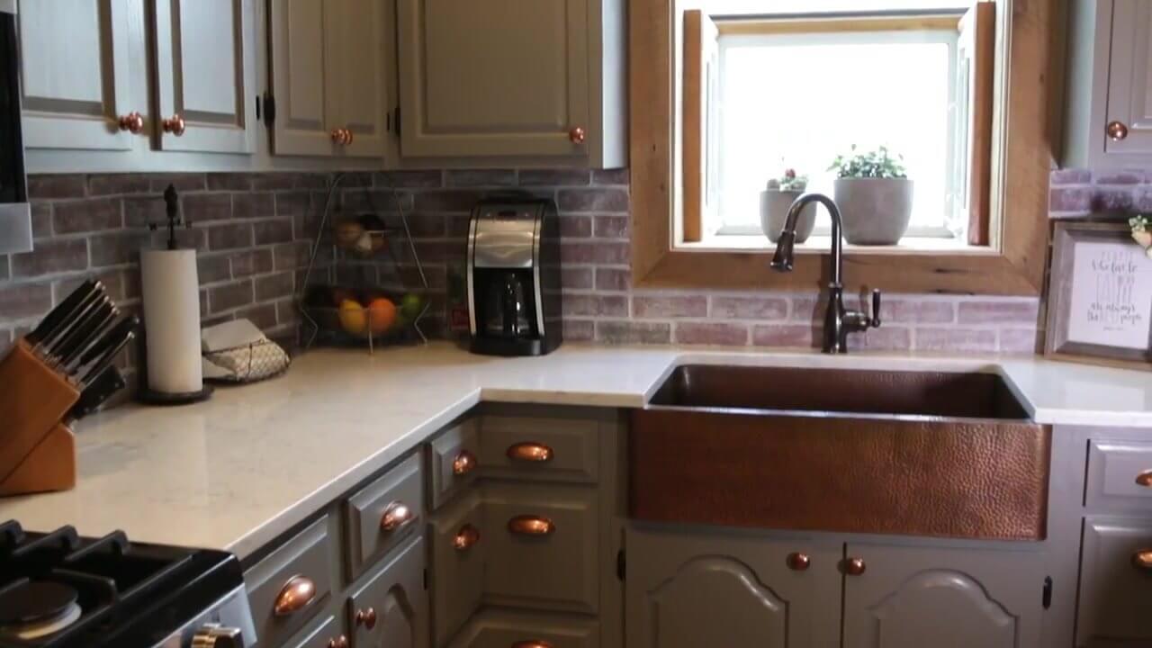 Idée d'évier de cuisine de ferme avec du cuivre