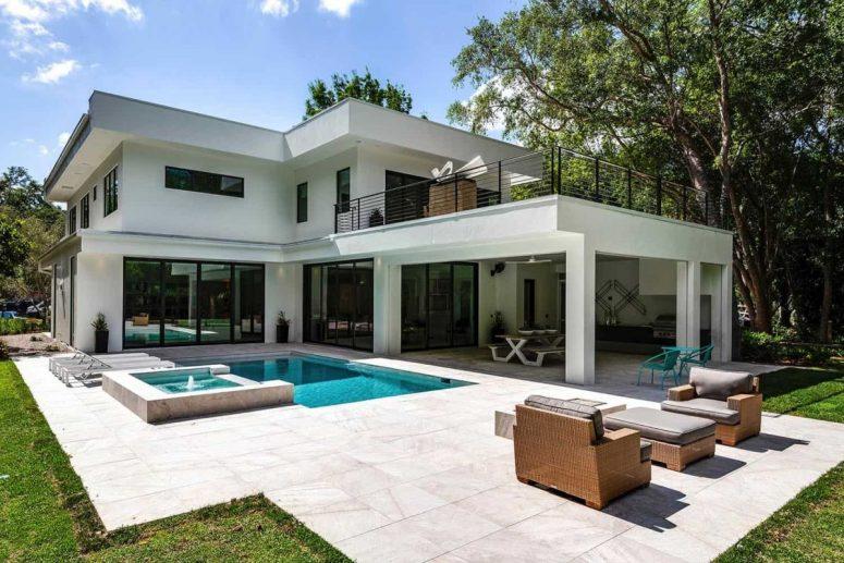 L'espace extérieur comprend une piscine, un bain à remous et un espace salon.