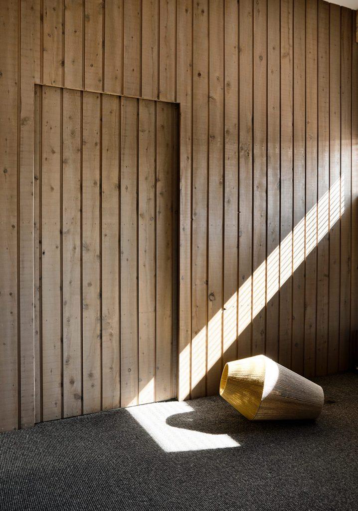 les murs en bois sont une solution tellement cool et élégante pour une maison moderne