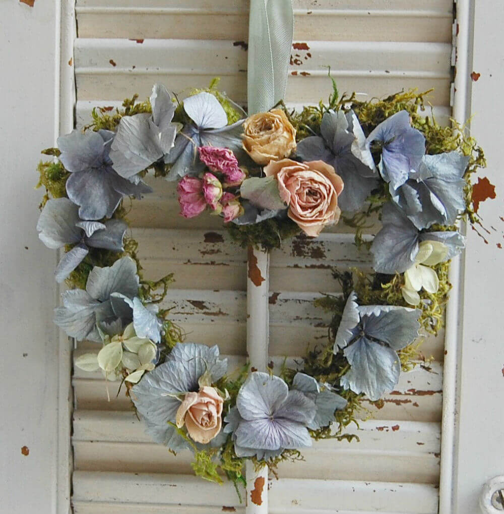 Charmante couronne de coeur floral séché