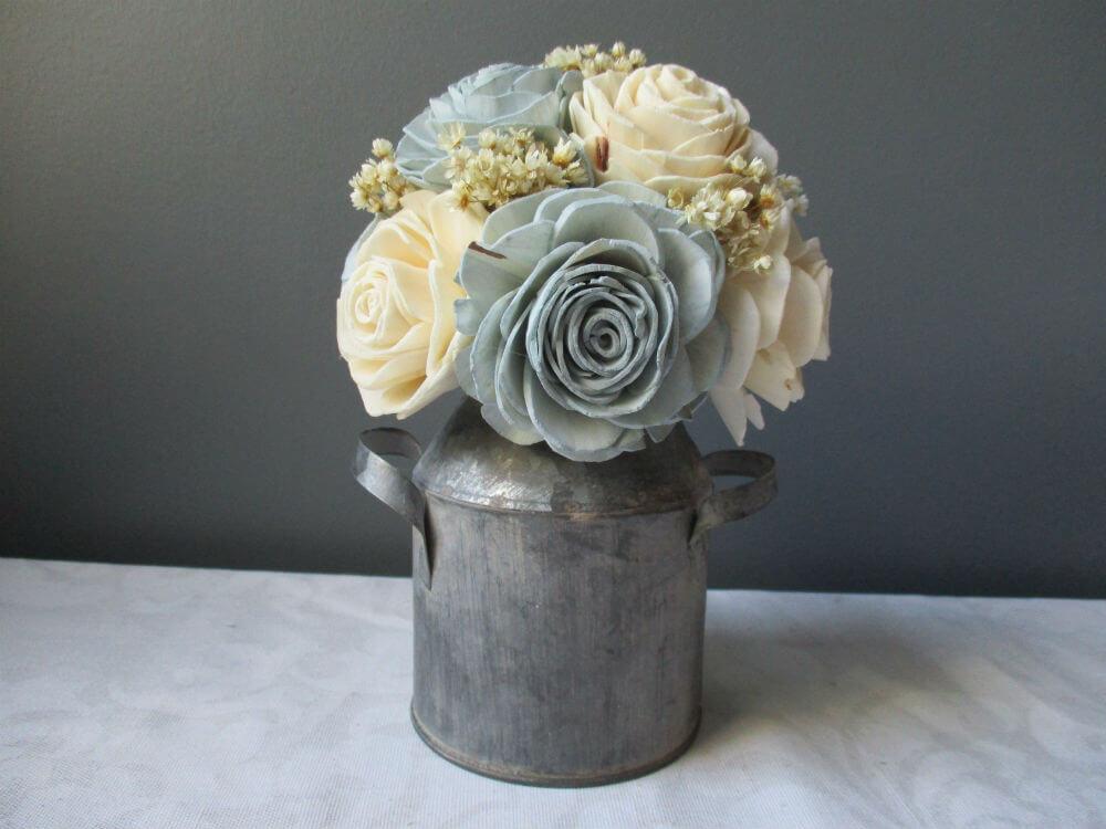 Bouquet de bois doux Sola dans un vase en métal robuste