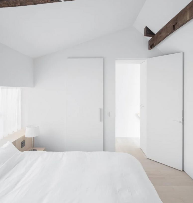 La chambre est toute blanche, élégante et simple et a l'air absolument paisible et accueillante