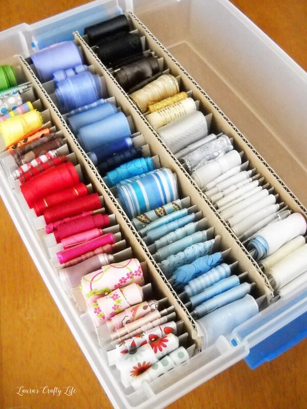 Stockage d'accessoires de couture suspendus de cuve en plastique