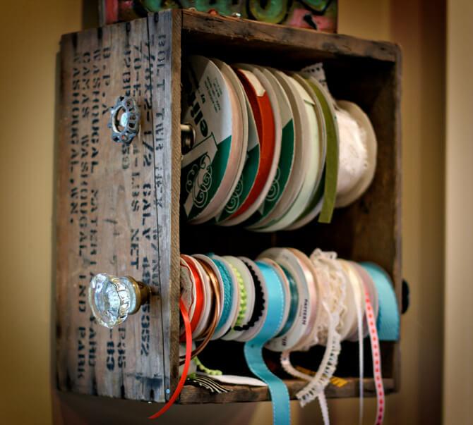 Rangement facile d'accès aux caisses et aux rubans