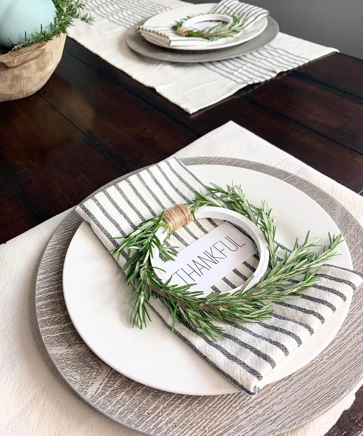 Anneaux de serviette en forme de cerceau de broderie avec verdure