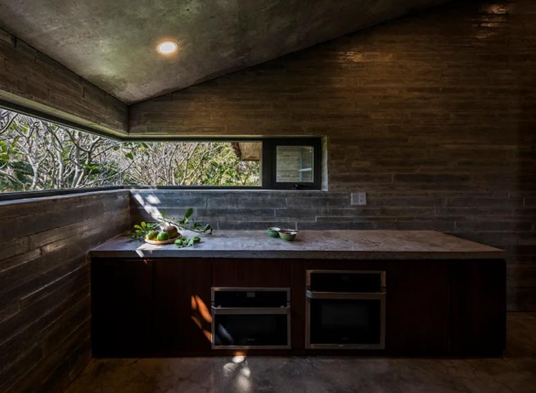 Le décor intérieur est un combo de contemporain et d'industriel, on le voit clairement dans les matériaux utilisés - bois patiné, pierre, béton