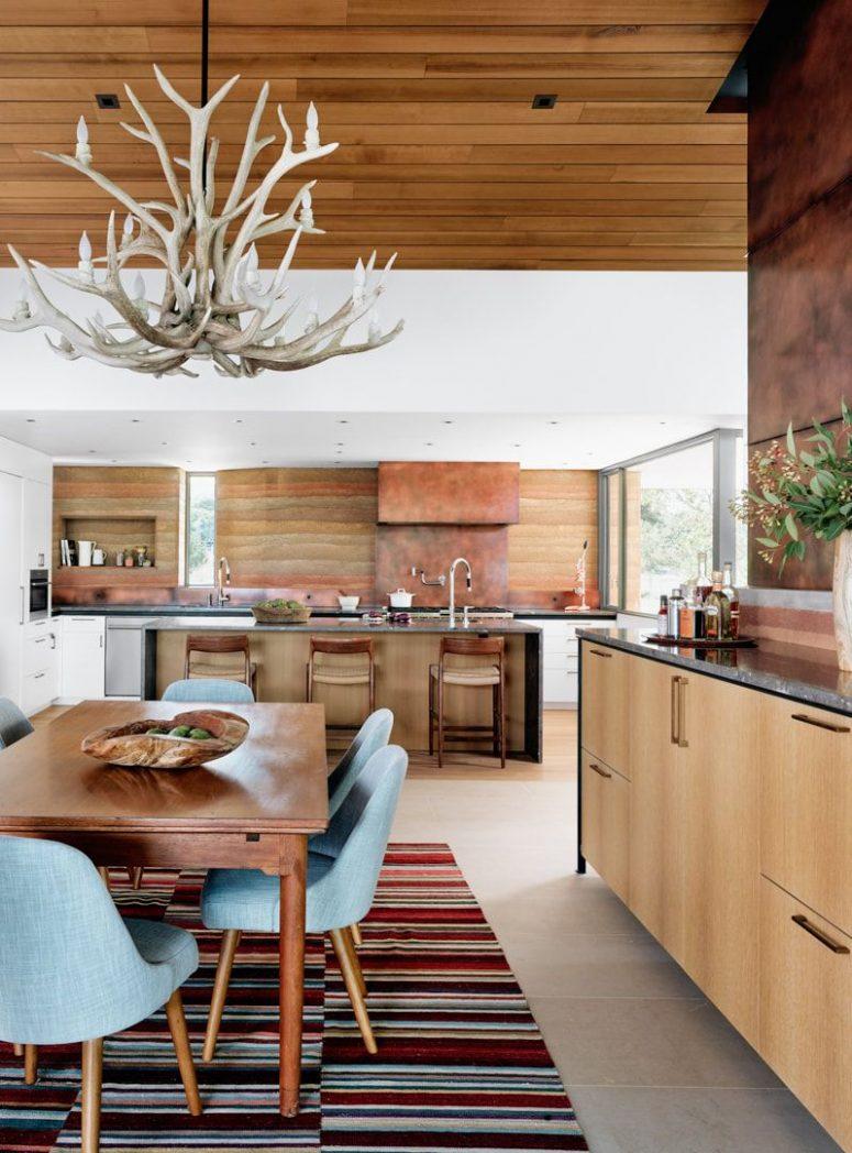 La cuisine et la salle à manger sont faites dans des tons sablonneux chauds et le design rappelle les canyons