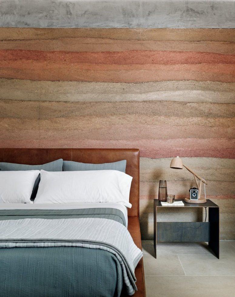 Le mur d'accent inspiré du canyon se poursuit également dans cette chambre