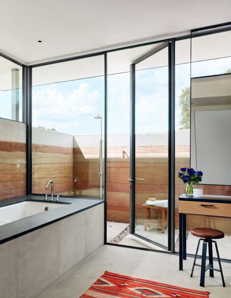 La salle de bain est en partie intérieure et en partie extérieure pour profiter des douches quand il fait chaud