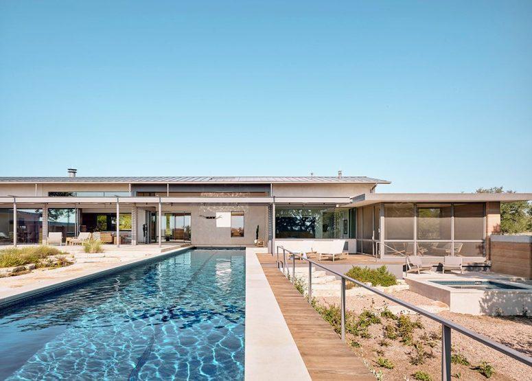 La piscine est longue et étroite et est revêtue de blanc pour un look laconique