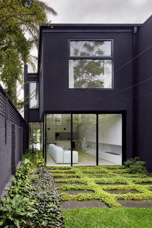 Beaucoup de verdure à l'extérieur rafraîchit l'espace et les vitrages aident à ressentir la fusion de l'intérieur et de l'extérieur