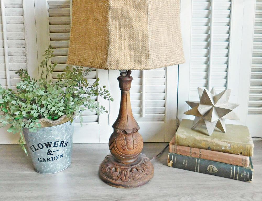 Pied de lampe en bois brut finement sculpté