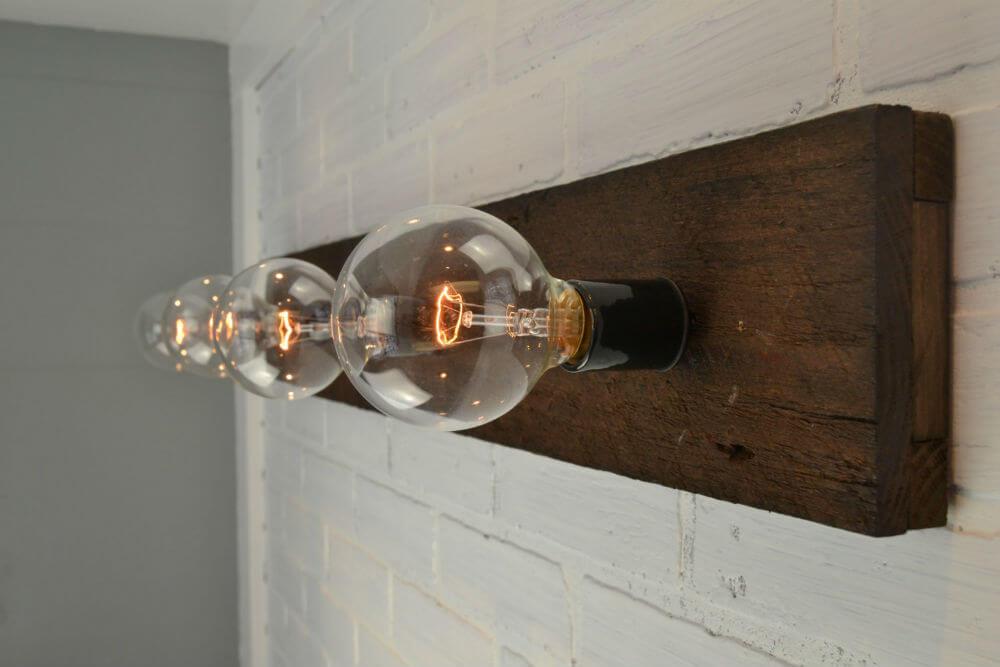 Les piquets de clôture vintage font une superbe lumière de vanité