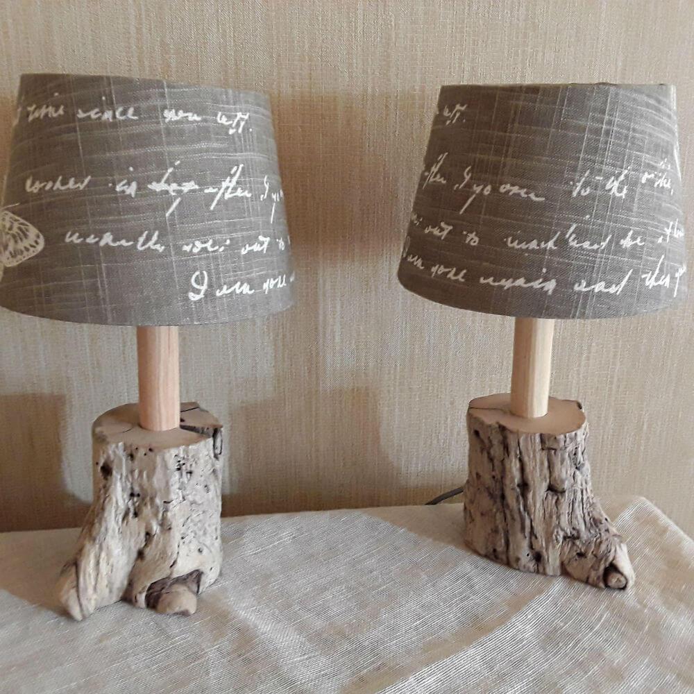Lampe de table en bois flotté et lin simplement élégante
