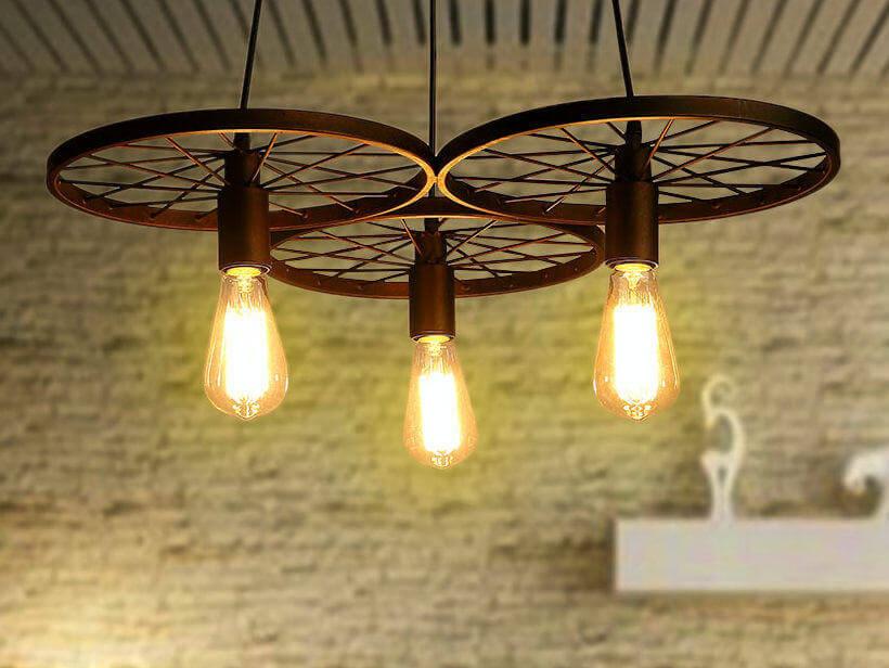 Les roues de fer créent une lumière suspendue élégante