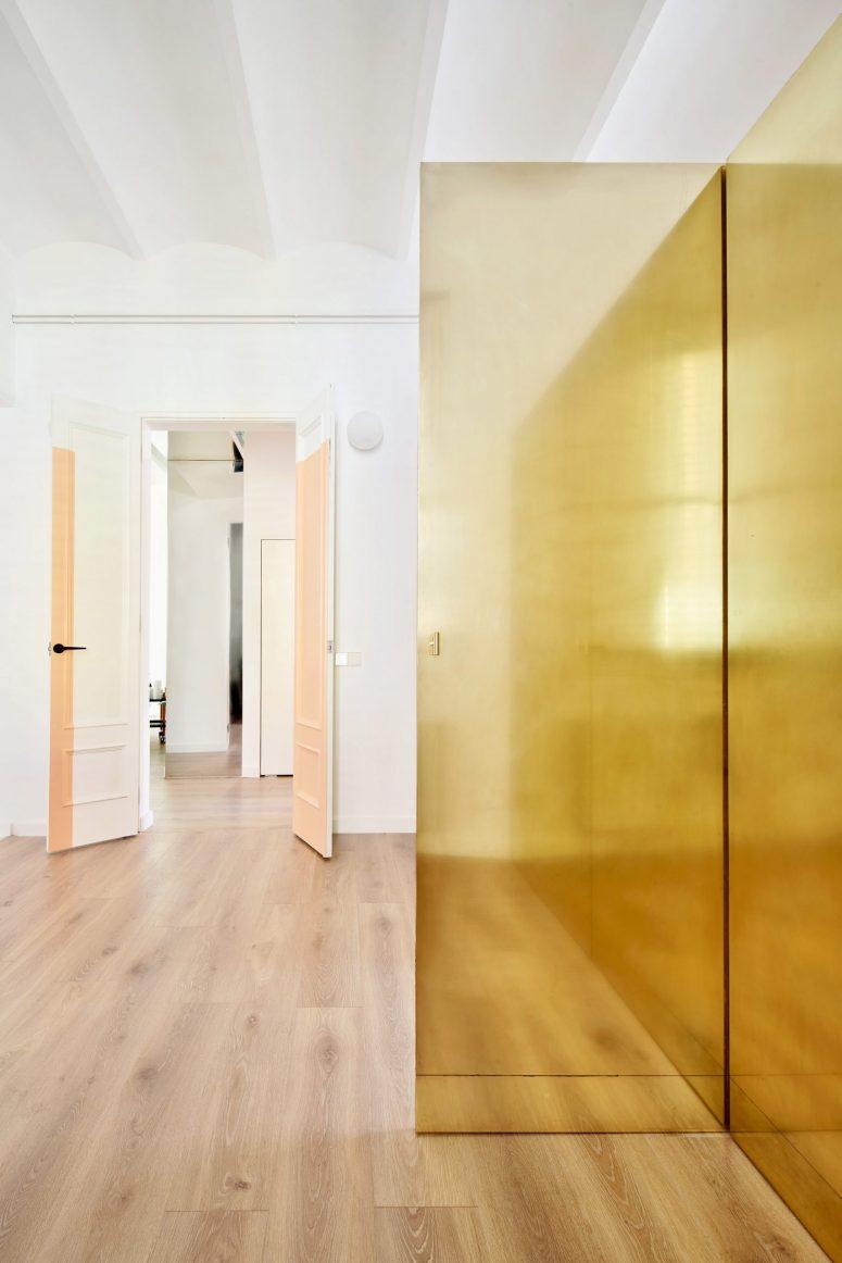 Cette armoire a un couloir à l'intérieur et permet de la traverser facilement en cas de besoin