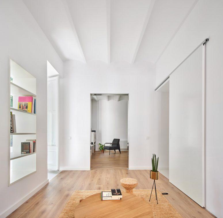 L'appartement lui-même a été rénové mais certaines caractéristiques ont été conservées, par exemple, cette étagère intégrée