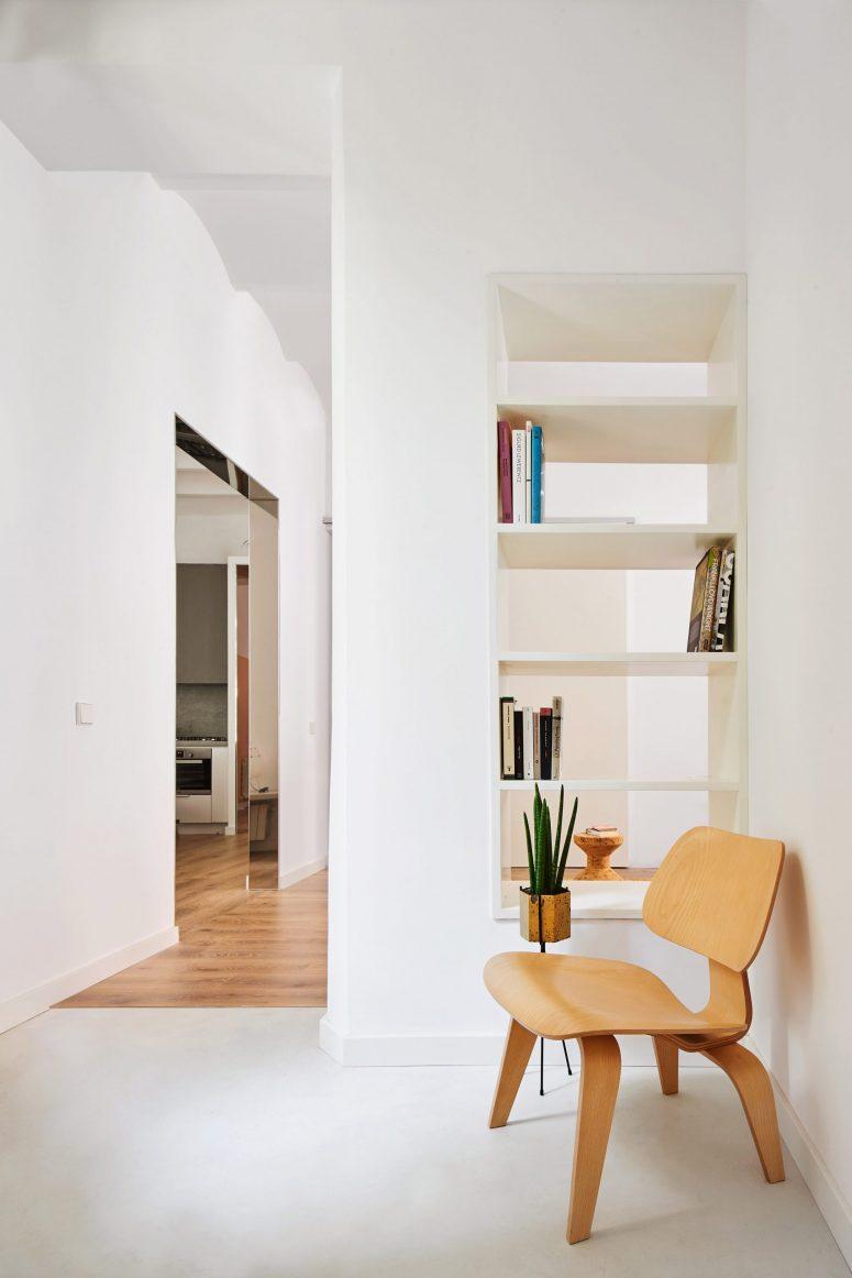 La couleur principale de l'habitation est le blanc et a créé une toile de fond parfaite pour la décoration intérieure, qui met en valeur des meubles et des accessoires chics
