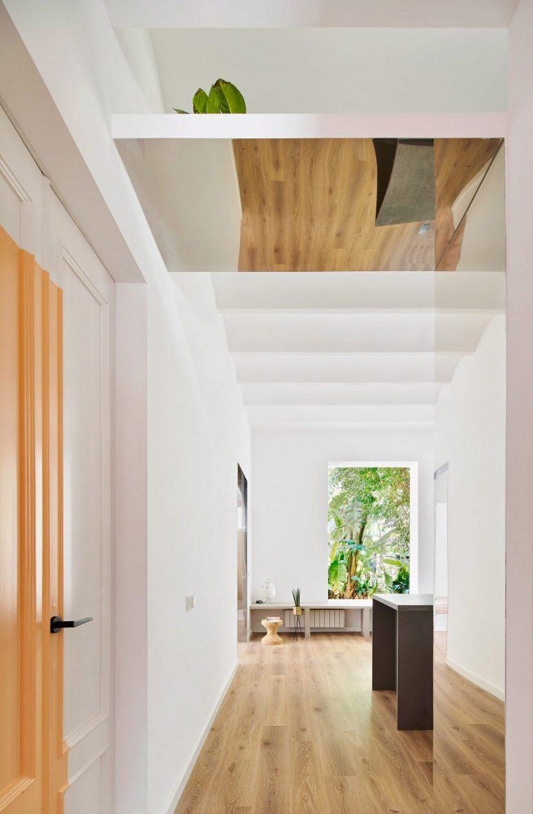 L'appartement se sent spacieux, aéré et lumineux grâce aux grandes fenêtres dans chaque pièce