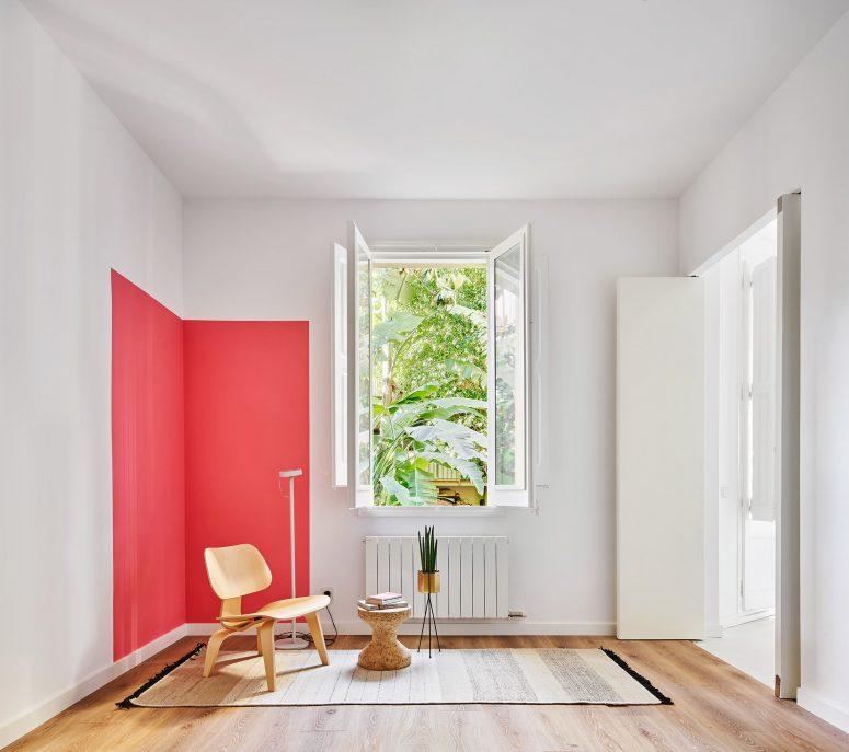 Cet espace est accentué d'un carré rouge vif qui ajoute facilement de l'intérêt à l'espace