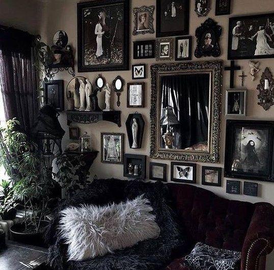 un salon d'inspiration gothique avec des meubles noirs raffinés, un mur de galerie avec des œuvres d'art et des miroirs et de la verdure en pot