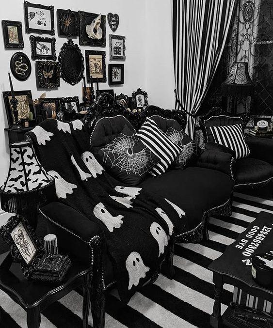 un salon gothique amusant en noir et blanc, avec des meubles raffinés, des oreillers imprimés, un mur de galerie accrocheur et des textiles