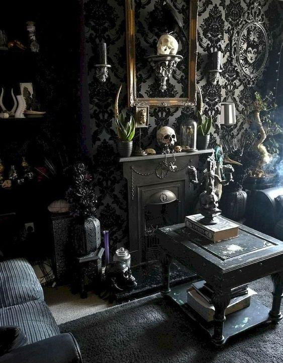 un salon gothique raffiné avec du papier peint accrocheur, des crânes, des meubles noirs, une mini cheminée, de la verdure et des touches exquises