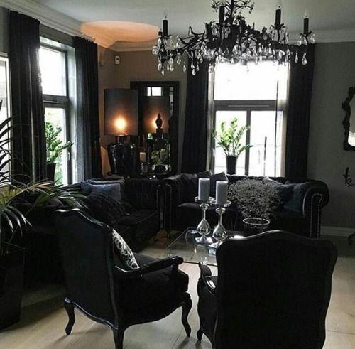 un espace gothique raffiné avec un élégant mobilier noir, un lustre noir et de la verdure en pot