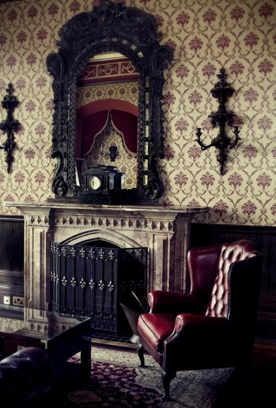 un salon gothique raffiné avec du papier peint imprimé neutre, un mobilier sombre raffiné, un miroir sophistiqué et une cheminée avec un écran en métal