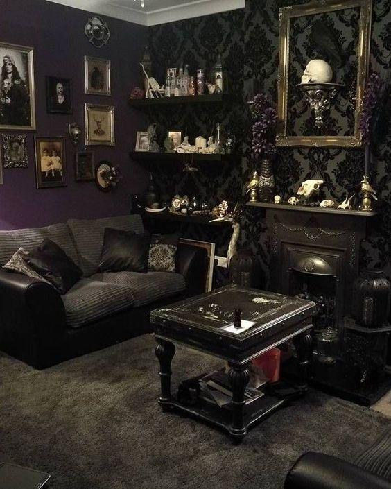 un salon exquis avec du papier peint imprimé, une mini cheminée, des meubles noirs, des étagères ouvertes avec des objets créatifs et un mur de galerie