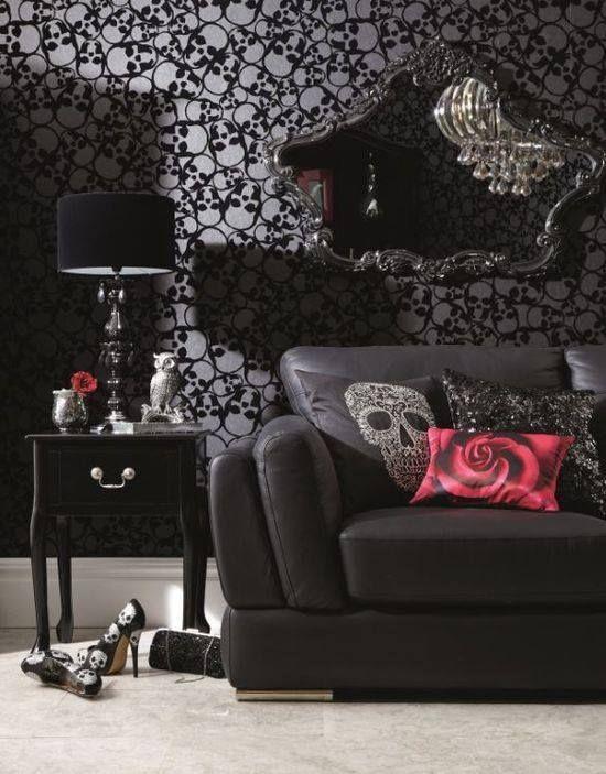une pièce de vie gothique douce avec du papier peint imprimé crâne, des meubles noirs exquis, des touches de crâne et des éléments brillants et scintillants