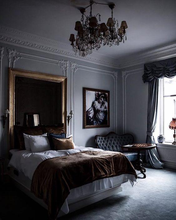 une chambre raffinée avec une touche gothique - un miroir de déclaration, un mobilier raffiné et deux lustres en cristal
