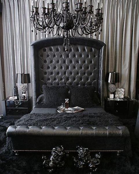 une chambre gothique raffinée avec un lit en cuir noir, des tables de chevet brillantes, un lustre noir raffiné et des détails élégants