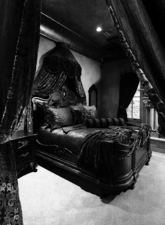 une chambre gothique super sombre avec des murs et un sol gris, des meubles noirs au design raffiné, des cnopies et des draperies