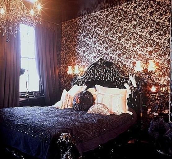 une chambre gothique raffinée avec du papier peint imprimé, des meubles exquis, un lustre en cristal et des appliques murales pour une sensation vintage