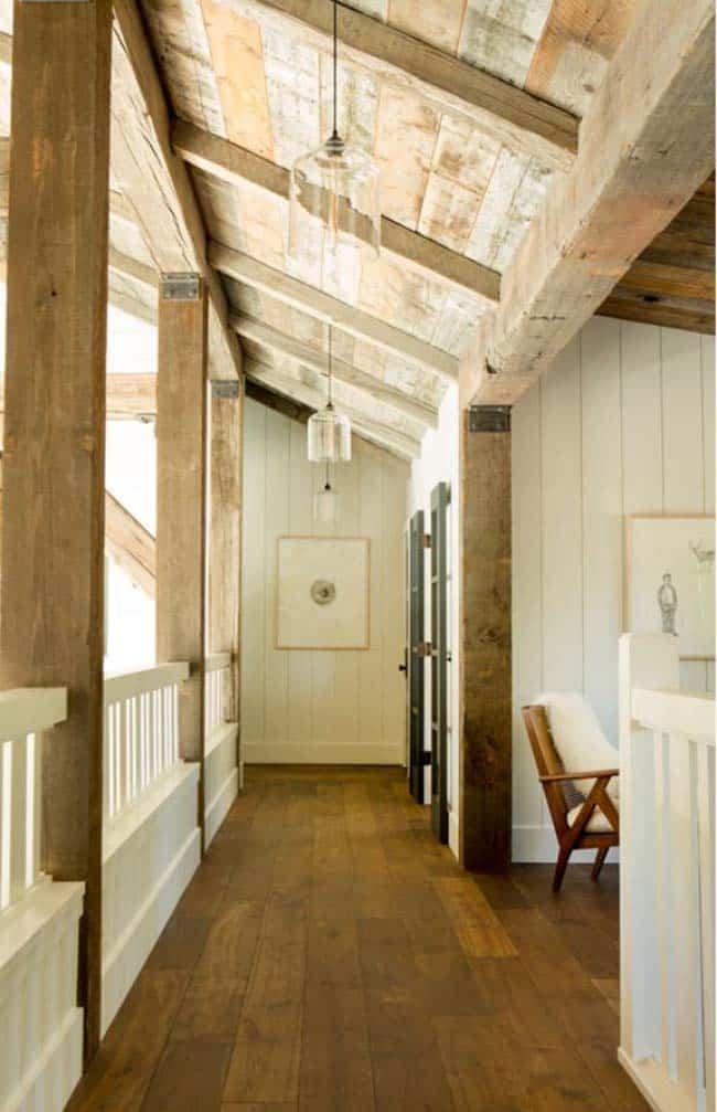 couloir de maison de montagne rustique