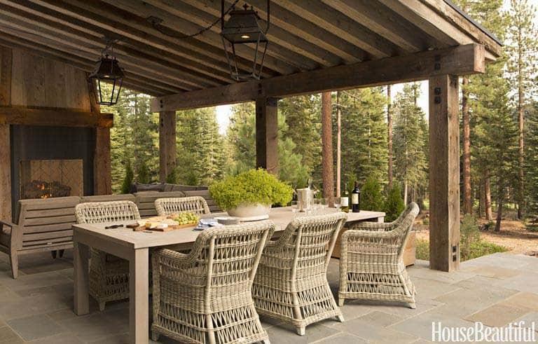 salle à manger extérieure rustique à la maison de montagne