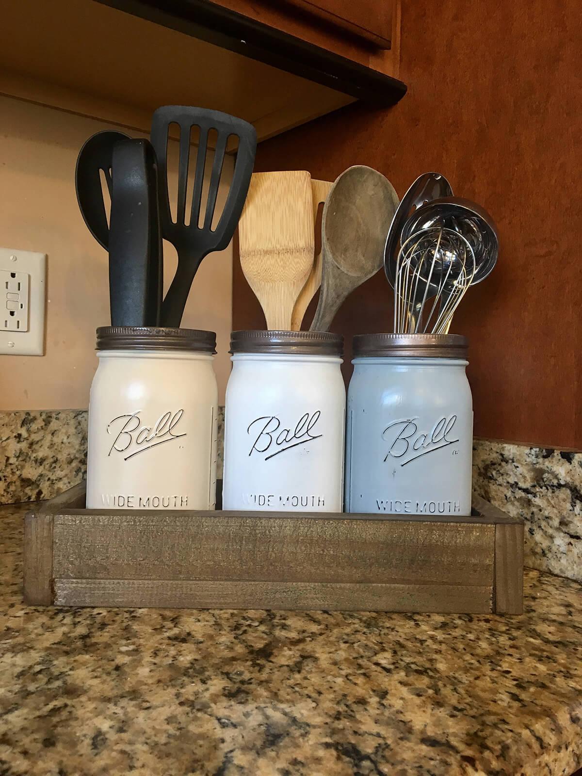 Organisez les ustensiles de cuisine avec des pots peints