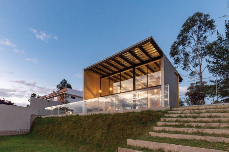 Il y a un grand espace extérieur - une terrasse avec une balustrade en verre qui semble être à l'intérieur prolongée à l'extérieur