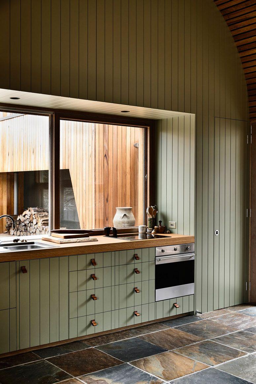 La cuisine montre une grande fenêtre au lieu d'un dosseret et apporte beaucoup de lumière à l'intérieur
