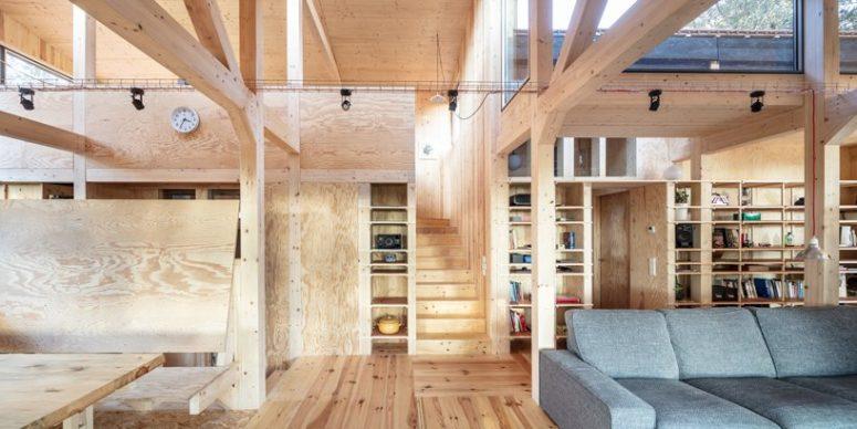 Le bois est largement utilisé dans tout l'espace, il y a des piliers en bois et les murs et les sols sont en bois